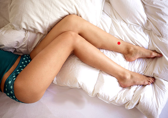 Az LH-6 - A három jin meridián találkozása - a lábszár belső oldalán, mintegy négy ujjal a boka fölött, a sípcsont mögött helyezkedik el. Finom nyomásával enyhíthetőek a puffadás okozta kellemetlen tünetek.