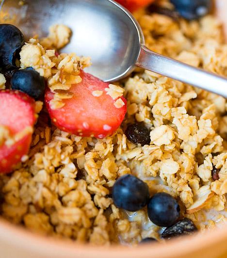 Magas rosttartalom  A magas rosttartalmú élelmiszerek fogyasztása ajánlott, hiszen emésztésserkentő hatásuk van. Ugyanakkor, ha hirtelen viszel be a szervezetedbe extrém mennyiségű teljes kiőrlésű táplálékot, gyümölcsöt, tested puffadással reagál. Épp ezért folyamatosan kell hozzászoktatnod a szervezetedet a rostban gazdag élelmiszerekhez.  Kapcsolódó kvíz: Melyik növénynek magasabb a rosttartalma? »