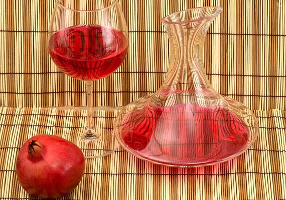 A késő ősszel érő gránátalma elsősorban ellágsavtartalmának köszönheti rákellenes tulajdonságát. A belőle készült ital segít megelőzni a DNS-károsodást. Ha a növény vírusellenes hatására is kíváncsi vagy, kattints korábbi cikkünkre.