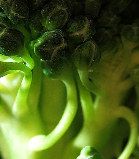 Brokkoli  A brokkoli a benne lévő C-vitaminnak és béta-karotinnak köszönhetően jelentős szerepet játszik a rákmegelőzésben. A kutatások szerint főleg a gyomor-, a vastagbél-, a petefészek- és a prosztatarák, valamint a leukémia és a melanoma ellen bizonyul hatásosnak.  Kapcsolódó cikk: Íme, a világ legerősebb rákellenes zöldsége! »