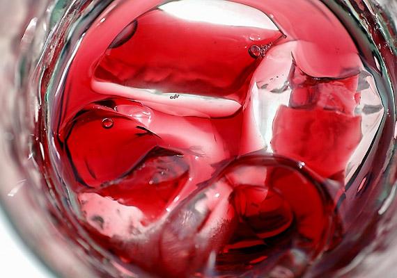 Az eritrozin - E127 - egy mesterséges színezék, amely elsősorban szörpökben és piros színű üdítőitalokban fordul el. Bár viszonylag gyorsan kiürül a szervezetből, nagy mennyiségben fogyasztva elősegítheti a pajzsmirigydaganat kialakulását.