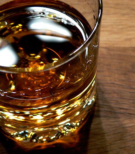 Alkohol  A túlzásba vitt alkoholfogyasztás bizonyítottan összefüggésbe hozható számos rákbetegeséggel - többek között a nyelőcső-, máj-, vastagbél-, és emlőrákkal. A mértéktartás tehát rendkívül fontos - még a jó minúségű borok esetében is.  Kapcsolódó cikk: Napi alkoholfogyasztás: ennyi egészséges az új ajánlások szerint »