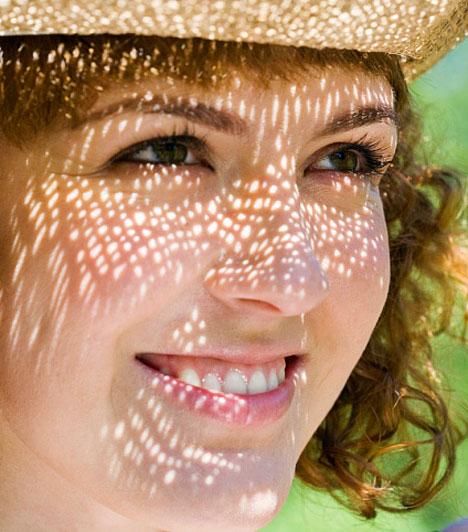 UV-B sugárzásAz UV-B sugárzás azzal árt, hogy megváltoztatja a bőr sejtjeinek genetikai állományát. Egyfelől a bőrbe hatolva a kötőszövet kollagénrostjaiban okoz károsodást, ami a bőr öregedését gyorsítja fel. Másfelől a DNS spirálban okozott károk jó táptalajt szolgáltatnak a daganatos betegségeknek.