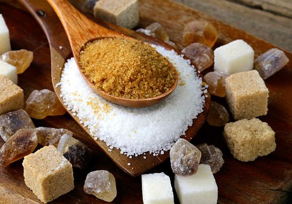 Cukorban, illetve minden finomított szénhidrátban, keményítőben gazdag étkezés, magas glikémiás indexű ételek gyakori fogyasztása. A cukor gyorsan lép be a véráramba, ami így több inzulint vezet, és a sejtek megnagyobbodását okozza. Ez belső gyulladásokat idéz elő, illetve a rákos sejtek terjedésével és az áttétképződéssel is összefügg.