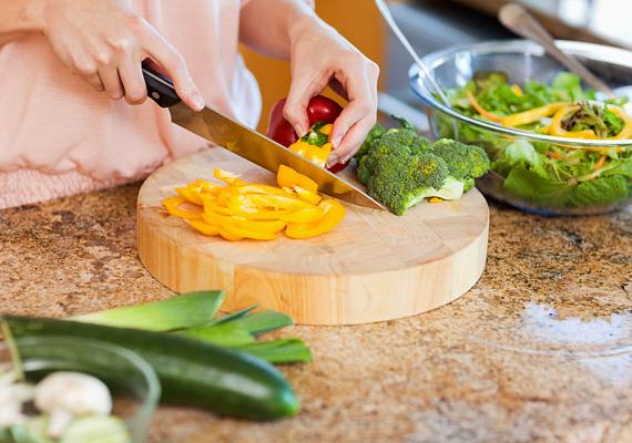 Az elégtelen mennyiségű zöldségfogyasztás, a növényi tápanyagok hiánya is negatív módon befolyásolja a rák kialakulásának rizikóját. Ezek az ételek a bennük található vitaminokkal és antioxidáns vegyületekkel jelentősen segítik a méreganyagok távozását a szervezetből. Ha nincs, ami segítené a toxinok kiürülését, a mérgek a testben maradnak - az egyoldalú táplálkozás miatt pedig egyre csak szaporodnak.