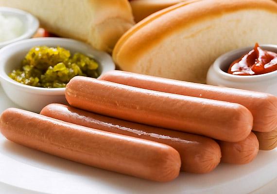 A feldolgozott, félkész húsfélék rákkeltő hatású nitrátokat tartalmaznak. A vér károsításával annak oxigénszállító képességét csökkentik, valamint a belőlük képződő nitrózamin karcinogén vegyület. Tudj meg még többet a veszélyes adalékanyagokról!
