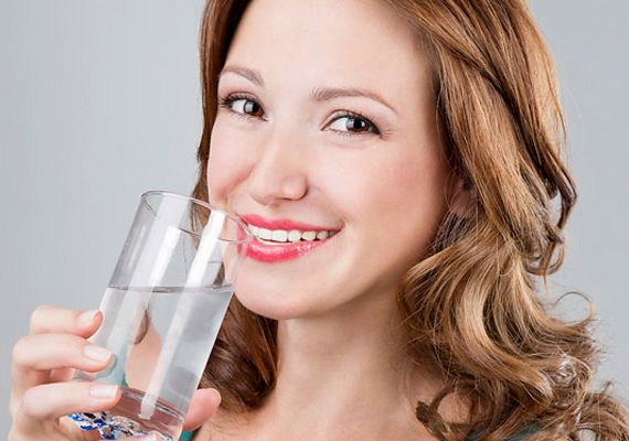A lehető legegyszerűbb és leghatékonyabb módszer, ha ébredés után, éhgyomorra megiszol egy nagy pohár vizet - már két deci is elegendő -, ezzel beindíthatod, illetve serkentheted a belső szervek és a nyirokrendszer munkáját, így tested gyorsabban tudja majd kiválasztani az éjszaka során felgyűlt salakanyagokat. Fontos azonban, hogy szénsavmentes vizet igyál, de többet is megtudhatsz a reggeli víz jótékony hatásairól, ha ide kattintasz.