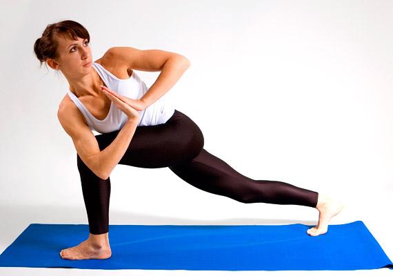 A csípődet ennél a póznál emeld magasabbra, a hátul lévő jobb lábad lábujjhegyen legyen. Nyújtózz fejtetővel felfelé, a tenyereket szorítsd össze a mellkasod előtt, majd csavarodj a képen látható módon az elöl lévő bal láb irányába. Ismételd a gyakorlatot a másik irányba is. Ez a póz remekül nyújtja a gerinc mentén található apró izmokat.