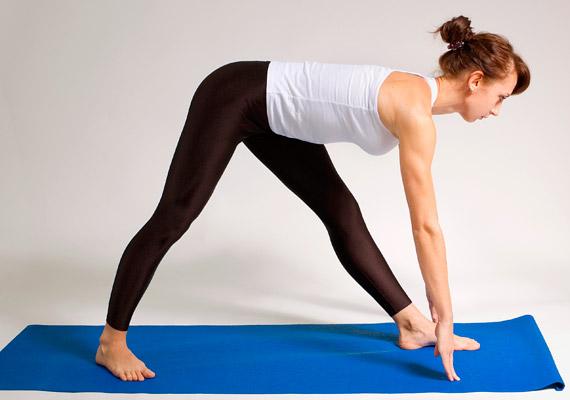 Az egyik lábfejed nézzen előre, a másik 45 fokos szöget zárjon be vele. Egyenes háttal dőlj előre, és fejtetővel nyújtózz - támaszkodhatsz az ujjbegyeidre. Ezzel a gyakorlattal tovább nyújthatod a hát izmait és a gerincet.