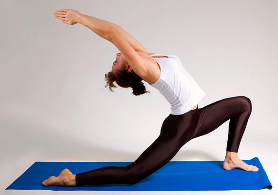 Guggolásból lépj egy nagyot előre bal lábbal, a jobb lábfejedet pedig hátul feszítsd le. A két tenyeredet érintsd össze a fejed fölött, nyújtózz magasra. Ha pedig tovább akarod fokozni a gyakorlat hátat és csípőt nyújtó hatását, dőlj hátra a képen látható módon. Igyekezz egyenletesen lélegezni a lapockák közötti részbe. Ismételd a gyakorlatot a másik oldalra is.