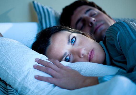 A hangok igencsak meghatározók az alvás szempontjából, ugyanis van egy szűk átjárás a valóság hangjai és aközött, amit álmodban érzékelsz. Például a kintről beszűrődő sziréna hangja bekerülhet az álmodba, mintha melletted menne el egy mentőautó, és hasonlók. Azért, hogy ilyen módon a külvilág hangjai ne zavarják az álmodat, érdemes minél csendesebb közegben elaludni. Ha ez valamiért nem megoldható, indíts el halkan nyugtató, kellemes hangokat, például óceánmorajlást, és arra aludj el, ez menjen éjszaka. Így a tudatalattid is ezeket építi majd be, és szép álmod lesz.