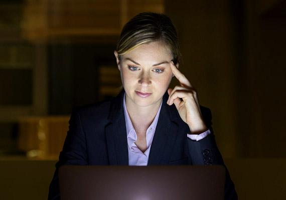 Ha késő estig a számítógép képernyőjének fényében sütkérezel, ne csodálkozz, hogy nem jön álom a szemedre. Így ugyanis megzavarod a szervezet hormonháztartását a lefekvést megelőző órákban, nehezítve ezáltal az elalvást. Tudj meg többet a folyamatról!