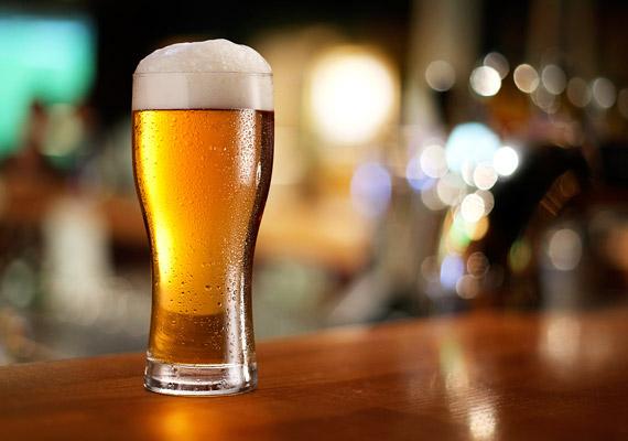 Már Pelikán elvtárs is tudta, hogy egy pohár sör lefekvés előtt - komlótartalmának köszönhetően - megnyugtat, és segíti az elalvást. Sajnos azonban az ital alkoholtartalma negatívan befolyásolja az alvásfázisokat, így nem lesz elég pihentető az éjszakád. Tudj meg többet a témáról korábbi cikkünkből!