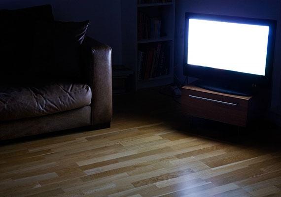 Nemcsak a számítógép, a televízió fénye is vezethet alvászavarhoz. Bár van, aki esküszik a tévé mellett való elalvásra, valójában a fény és a hang megzavarja a mélyalvás fázisát, melyből adódóan kialvatlan, fáradt leszel.