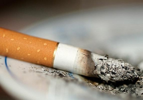Bár a cigaretta kilóg a sorból, hiszen nem táplálék, muszáj megemlíteni, hogy számos egészségügyi szempontból káros hatása mellett még az álmodat is elrabolhatja, hiszen serkentő hatással van a szervezetre.