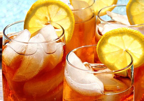 Nemcsak a kávé, az energiaitalok és a fekete tea tartalmaznak koffeint. A nyári hőségben szívesen fogyasztott jeges teában vagy hidegebb napokon kedvelt forró csokiban ugyancsak van egy kevés koffein, ami megnehezítheti az elalvást. De a jeges tea más szempontból is veszélyes lehet.
