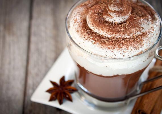Nemcsak a kávé, az energiaitalok és a fekete tea tartalmaznak koffeint. Egy kevés az esti forró csokidban is lehet, ezért nem tanácsos közvetlenül lefekvés előtt ezzel a nyalánksággal jutalmaznod magad.