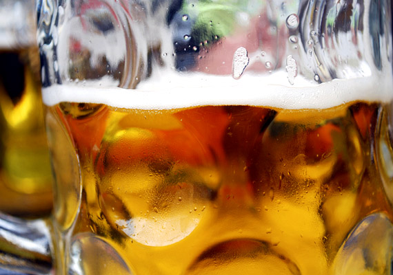 A sörről sokan úgy tartják, hogy komlótartalmának köszönhetően nyugtató hatással van a szervezetre, és segíti az alvást. A benne lévő alkohol azonban - bár szintén segíti az elalvást - az alvásfázisokat kedvezőtlenül befolyásolja. Tudj meg többet erről a folyamatról!