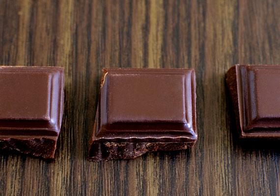 Pár kocka étcsokoládé orvosolhatja a késő esti édességvágyadat, ráadásul kevésbé hizlal, mint a tejcsoki vagy a nugát. Az összetevők listáját azonban érdemes átböngészned, mert egyes fekete csokik koffeint tartalmaznak.