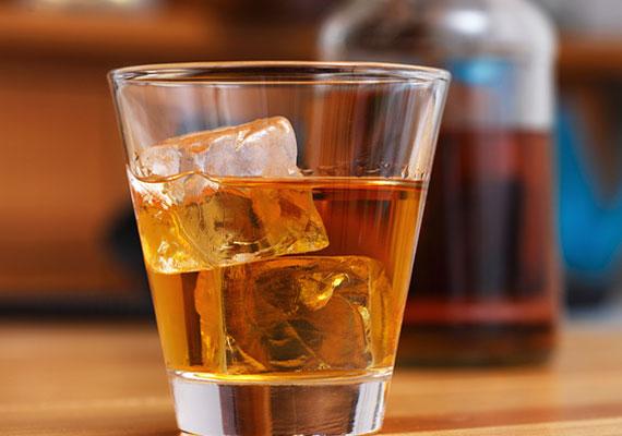 Sokan gondolják, hogy egy üveg sör, pár pohár bor vagy egy pohár rövidital lazító hatása miatt segíti az alvást. Valójában az alkoholtartalmú italok bár gyorsítják az elalvás folyamatát, megzavarják a REM ciklust, ezáltal kevésbé lesz pihentető az éjszaka.