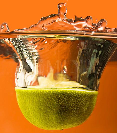 Citrom                         A citrusfélék serkentik a nyálmirigyek működését, ezzel pedig frissebbé teszik a leheletet. Ráadásul az íny épségéhez feltétlenül szükség van C-vitaminra is, mert segíti a szájban a baktériumok melegágyául szolgáló sebek és fekélyek gyógyulását.                                                  Kapcsolódó cikk:                         A kellemetlen szájszag 6 legjobb ellenszere »