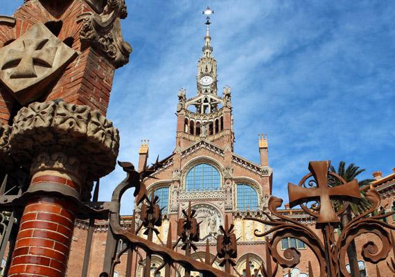 Természetesen nemcsak az épületek, a kapuk is részletesen megmunkáltak, szemet gyönyörködtetőek. A katalán modernizmus stílusában készült épületkomplexum 100 ezer négyzetméteren helyezkedik el.
