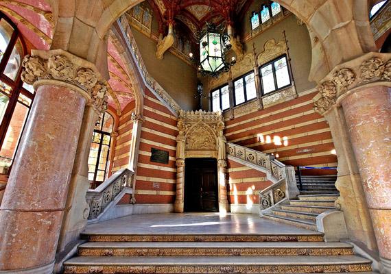 A sok márványnak és a tiszteletet parancsoló oszlopoknak köszönhetően sokkal inkább egy 19. századi kastélyra, mint kórházra emlékeztet az épület, ahol bármelyik pillanatban lekísérhetik a lépcsőn az elsőbálozókat, hogy bevezessék őket az úri társaságba.
