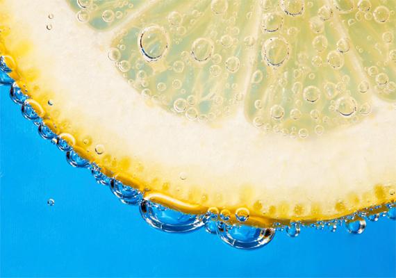 A citromlé köztudottan folteltüntető hatású, ezért szokták a fogak fehérítésére és gyakran a szeplők ellen is alkalmazni - utóbbit helytelenül, mert nagyon kimarja a bőrt. Ugyanakkor pont ennek a savas közegnek köszönhetően a citromlébe áztatott körmök újra visszanyerik régi színüket. Egy-egy arányban keverj össze citromlevet olívaolajjal, és dörzsöld át vele az érintett gombás területet. Ismerd meg a citrom lúgósító hatását is!