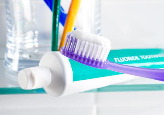 A fogkrémben található fluorid nemcsak a fogakat fehéríti ki, hanem a körmök életteli árnyalatát is visszavarázsolja. Egy nem használt fogkefére tegyél a fogkrémből, majd dörzsöld át a körmeidet vele, mintha fogat mosnál, legvégül pedig öblítsd le a pasztát.
