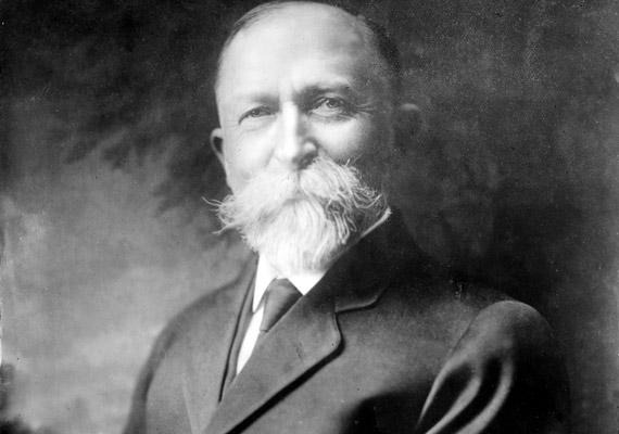 John Harvey Kellogg - 1852-1943 - neve a testvérével együtt megalapított gabonapelyhet gyártó cég kapcsán lehet ismerős. Nos, jól tette volna, ha marad a müzlinél, és nem próbál orvosként is érvényesülni. Az általa alkalmazott beavatkozások között ugyanis olyan eljárások szerepelnek, mint a karbolsavas csiklókezelés a női önkielégítés megakadályozására, vagy a joghurtos beöntés, melynek célja a test megtisztítására volt.