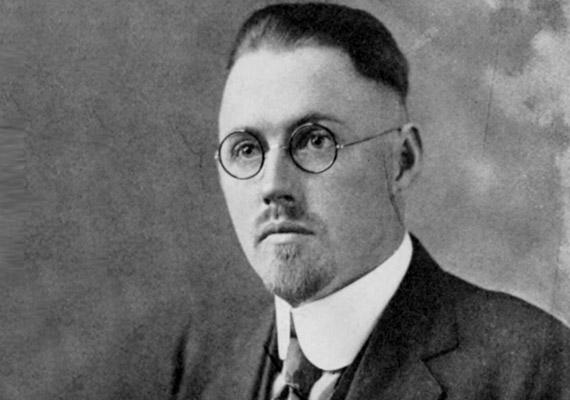 John R. Brinkley - 1885-1942 - pályafutása során több száz műtét végzett férfiakon, melyek során kecskemirigyeket ültetett be a herezacskójukba. Az eljárás célja a szexuális teljesítőképesség fokozása volt.