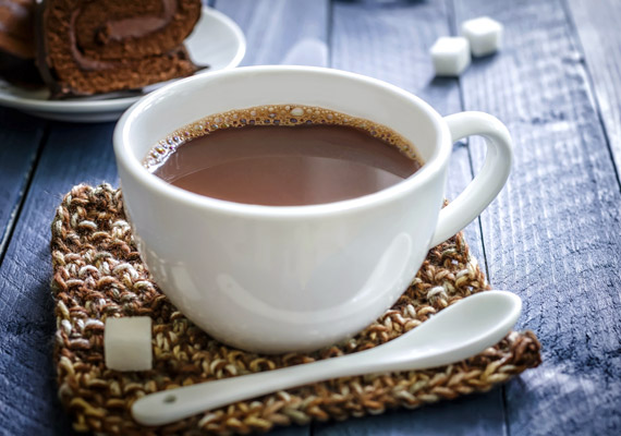 Amint kicsit hűvösebbre fordul az idő, ismét felkerülnek az étlapra az olyan melegebb italok, mint a kakaó. A nem túl jó minőségű, cukrozott kakaóporból, illetve a gyakran támadott tehéntejből készült ital azonban nem kifejezetten tesz jót a sav-bázis egyensúlyodnak.