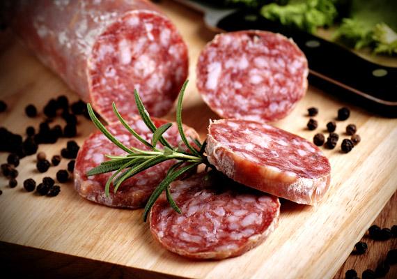A nyári hónapokban, a nagy melegben valószínűleg te is ritkábban kívánod meg az olyan zsíros, feldolgozott húsokat, mint a kolbászok, szalámifélék. Az ősz beköszöntével azonban a szendvicseken a friss, lúgosító hatású zöldségek helyét mindinkább átveszik a savasító húsfélék. Érdemes ügyelned arra, hogy a vörös húsok helyett a szárnyasokat - azok közül is a kevésbé feldolgozott változatokat - részesítsd előnyben ilyenkor.