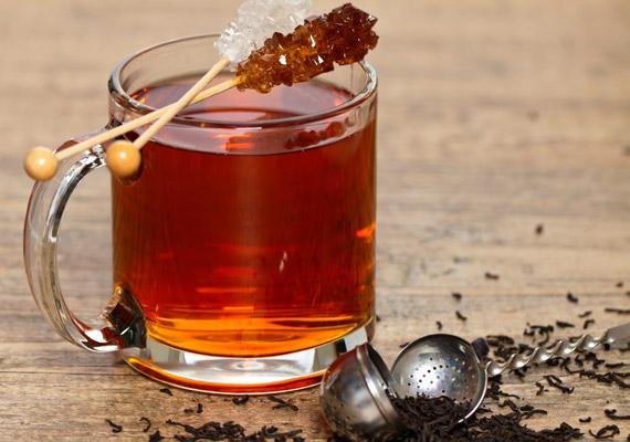 Bár a fekete tea magas teintartalmának köszönhetően élénkítő hatással bír, és növeli a testi és szellemi teljesítményedet, savasít is. Válaszd helyette a zöld teát, amely ugyancsak élénkít, de nincs negatív hatással a sav-bázis egyensúlyodra. Tudj meg többet a zöld teáról!