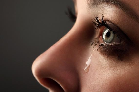 A nők és férfiak máshogy sírnakA kutatások szerint a nők egy hónapban átlagosan 5,3 alkalommal sírnak, míg a férfiak 1,4 alkalommal. A sírás időtartama is más az egyes nemeknél, a nőké ugyanis átlagosan hat percig, míg a férfiaké kettő-négy percig tart. A nemek közötti különbségekben továbbá az egyes kultúrák szerint is változhatnak, a nyugati kultúrákban ugyanis, ahol nagyobb a szabadság, és jellemzőbb az egyenlő bánásmód, a kutatók szerint többet sírnak a nők.