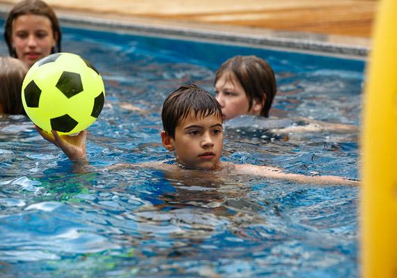 A vizes élmények mellett ingyenes sportprogramok, gyerekjátszóház és a kicsiket egészségre szoktató speciális foglalkozások színesítik a pihenéssel töltött időt.
