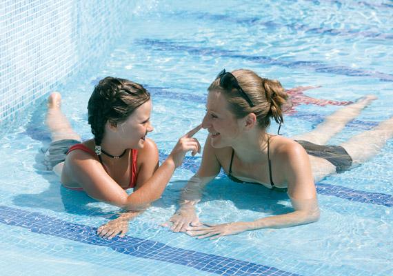 A hévízi NaturMed Hotel Carbonában az egész család élvezi a nyári pihenést, a szülők mellett a kisebb és nagyobb gyerekek éppúgy, mint a nagyszülők.