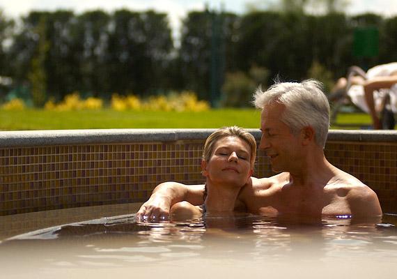 Az úszás szerelmesei 25 méteres medencében tempózhatnak, a termálfürdő gyógyvizes medencéi a gyógyulásra és regenerálódásra vágyóknak nyújtanak nyugalmas menedéket.