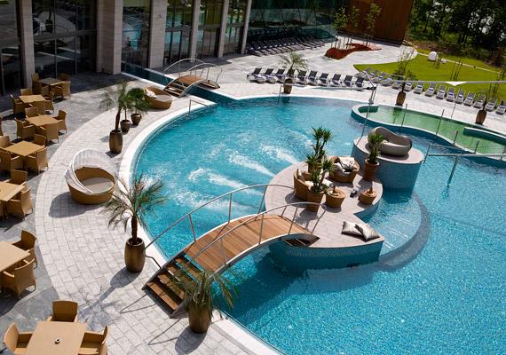 A Spirit Hotel Thermal Spa 2008 márciusában nyílt meg, a fürdő lenyűgöző világával stílust teremtett.