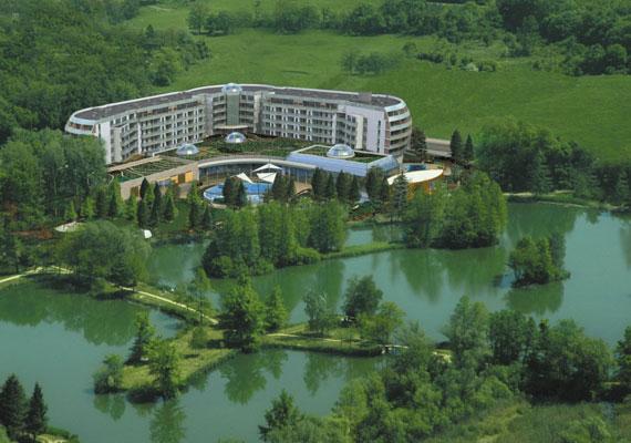 A Spirit Hotel a sárvári Csónakázó-tó partján, festői környezetben várja a pihenni vágyókat.(%oldalmero(http://ad.adverticum.net/img.prm?zona=1759478&kampany=1931212&banner=1931252&ord=RANDOM_NUMBER)%)