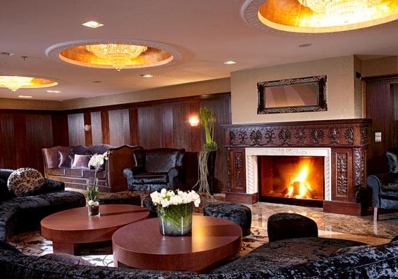 A szálloda szalonja romantikus hangulatú időtöltéshez és beszélgetésekhez egyaránt élményszerű.(%oldalmero(http://ad.adverticum.net/img.prm?zona=1759478&kampany=1931212&banner=1931263&ord=RANDOM_NUMBER)%)