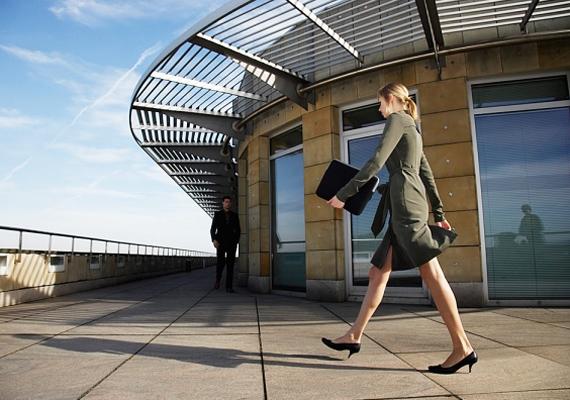 Ha már nem bírod cérnával a főnök kéréseit, menj ki egy kicsit sétálni. Ez segít a feszültség levezetésében, ráadásul elgémberedett tagjaidnak is jót tesz, ha időnként felállsz a monitor elől.