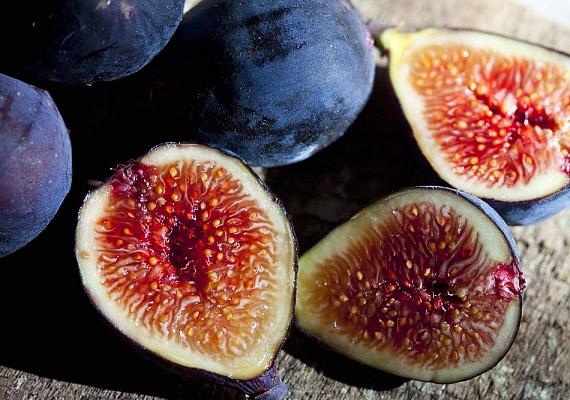 A füge több mint 10% rostanyagot tartalmaz. Mind friss, mind pedig szárított formában érdemes fogyasztanod, ha lelassult az emésztésed.