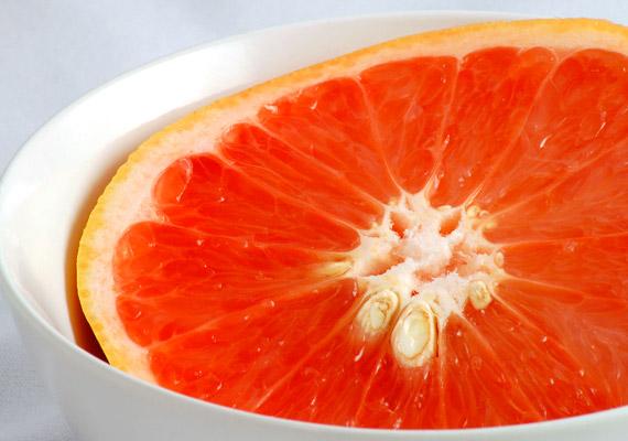 A grépfrút magjából sajtolt olaj erős baktérium- és vírusölő hatással bír. Csepegtess fültisztító pálcikára grépfrútmagkivonatot, és ecseteld ezzel reggelente a szemölcsöt. Este készíts forró lábfürdőt, melyhez tíz csepp olajat teszel. Végül éjszakára tegyél a szemölcsre kivonattal átitatott sebtapaszt. Tudj meg többet az olaj felhasználási lehetőségeiről!