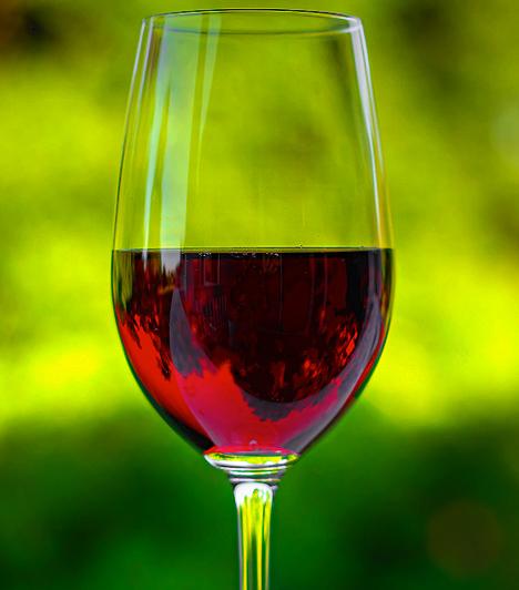 Vörösbor Antioxidáns hatásainak köszönhetően a vörösbor egészségesebb a fehérnél. A benne található polifenolok ugyanis csökkentik a szív- és érrendszeri betegségek kockázatát, valamint a daganatos betegségek kialakulását is. A napi maximálisan ajánlott bormennyiség körülbelül két decilitert jelent. Kapcsolódó cikk: 3 károsnak hitt, rákmegelőző táplálék »