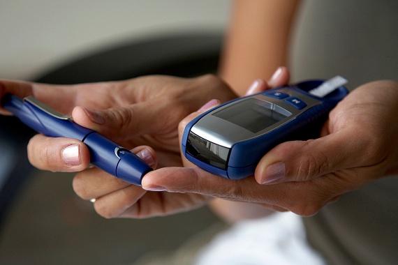 A cukorbetegség egyik jellemző tünete lehet a fokozott szomjúságérzés, mely annak köszönhető, hogy a szervezet nagyobb mértékű, gyakoribb vizeletürítés révén próbál megszabadulni a felhalmozódott glükóztól. Ha tehát a panaszhoz utóbbi tünet is társul, érdemes gyanakodnod, illetve orvoshoz fordulnod. Kattints ide, ha a betegség további tüneteire is kíváncsi vagy!