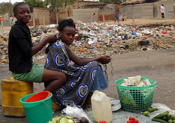Angolában 2011-ben 38,2 év volt a születéskor várható átlagos élettartam. A Dél-Afrika nyugati részén fekvő államban a kilencvenes évek során a polgárháború szedte áldozatait, most a szociális ellátottság hiánya okoz problémát.