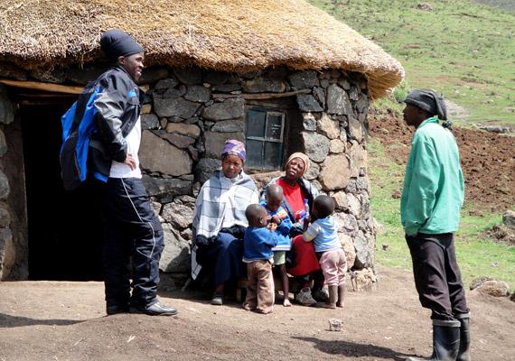 Lesothóban a lakosság majdnem 100%-át a déli bantukhoz tartozó szotók teszik ki. Az elsősorban mezőgazdasággal, állattenyésztéssel foglalkozó lesothóiak csaknem negyede HIV-fertőzött, születéskor várható átlagos élettartamuk 40,38 év.