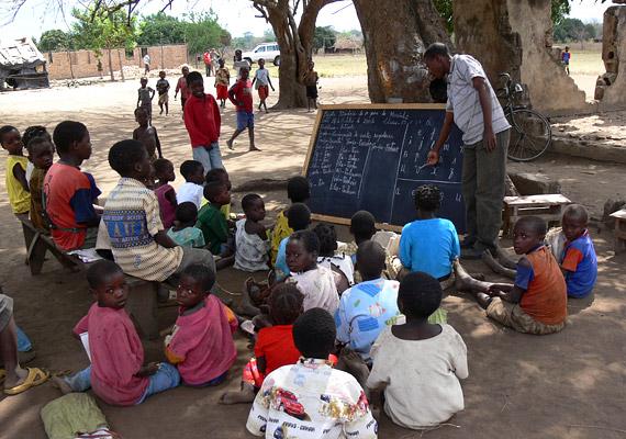 Mozambik az Indiai-óceán partján fekvő délkelet-afrikai állam, ahol a születéskor várható átlagos élettartam 41,18 év. Az ország gazdasági és szociális tekintetben elmaradott, ami nagyrészt az 1994-ben véget ért, 20 éven át tartó polgárháborúnak köszönhető.