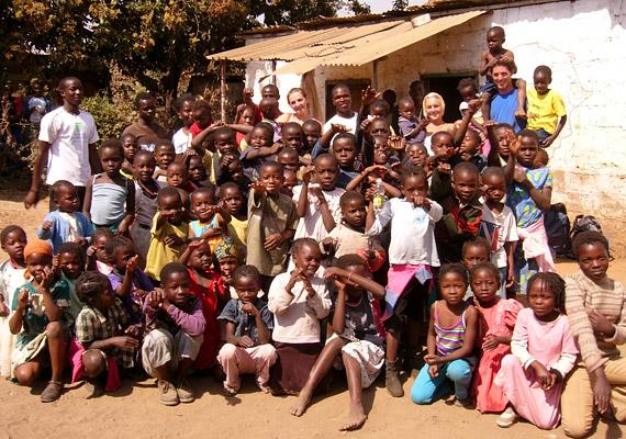 Egy ma született zambiai gyermeknek a statisztikusok 38,63 évet jósolnak. A Dél-Afrikai országot 73 népcsoport lakja - köztük bemba, malavi és tonga törzsek. Rövid életük legfőbb oka a szegénység és a szociális ellátottság hiánya.